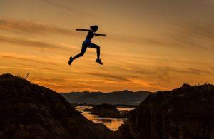 女性がジャンプしている写真。