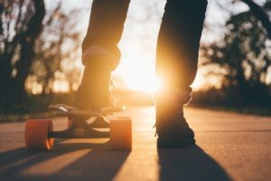 スケートボードをしている人の写真。