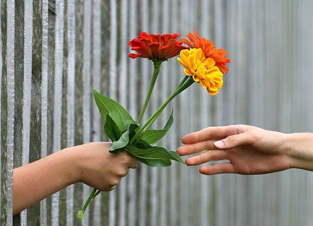 花を渡している写真。
