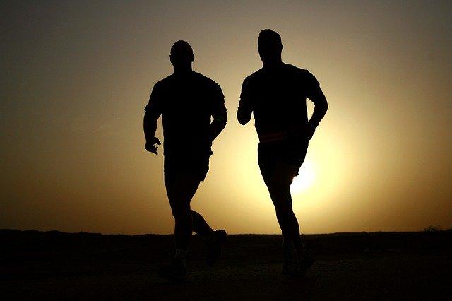 ふたりのランナーが走っている画像。