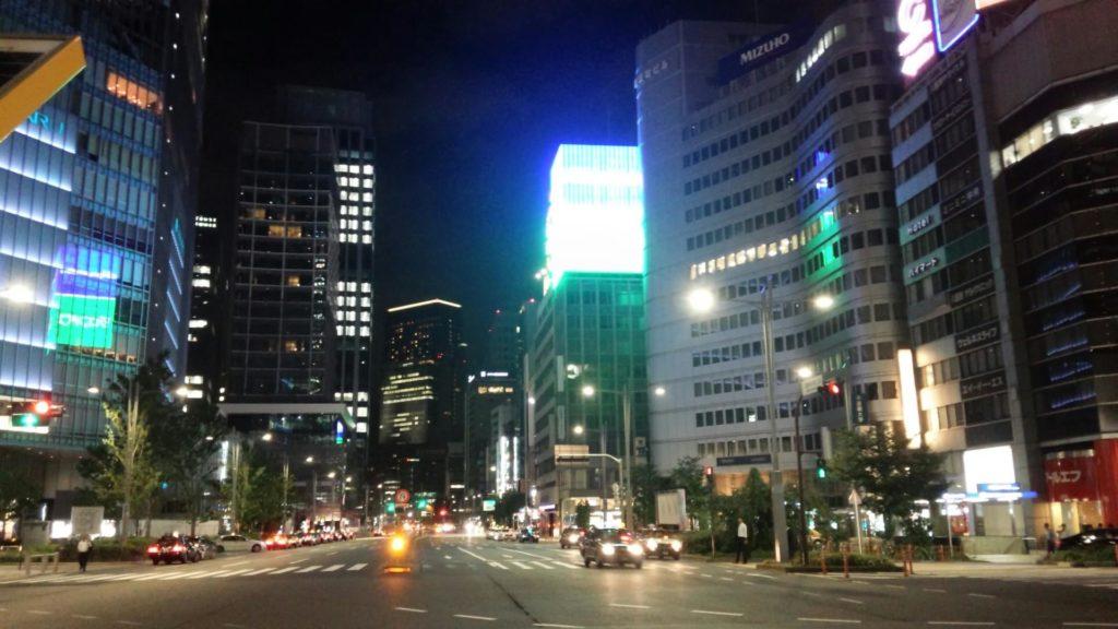 東京駅前の交差点