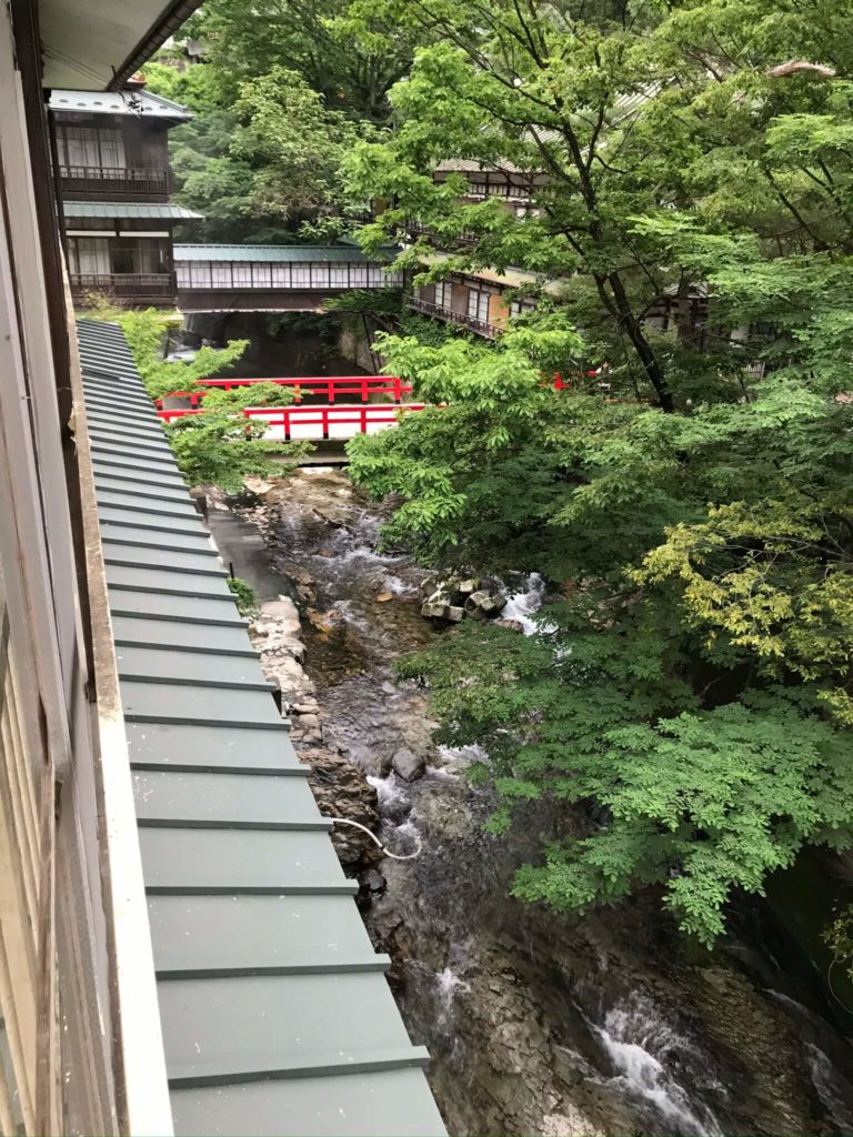 積善館本館の窓から新湯川を望む